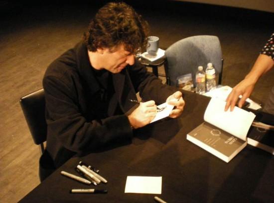 Neil Gaiman sketching Sandman