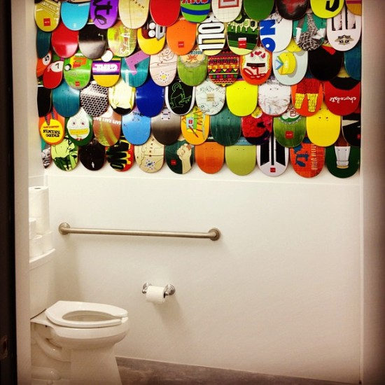 Coolest bathroom ever? Skatedeck decor by @artraffle.